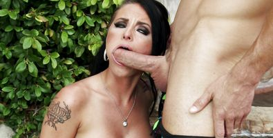 Slutty busty Christy Mack gives an blowjob